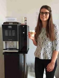 Dank ausgetüfteltem Time-Management-System gibt es bei mir kaum Wartezeiten. Im seltenen Fall kann man sich die Zeit mit frischem Kaffee versüßen. Der Automat bietet 10 verschiedene Spezialitäten.